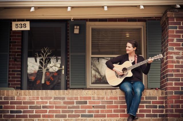 Just Julie Geller and her guitar (JulieGeller.com).