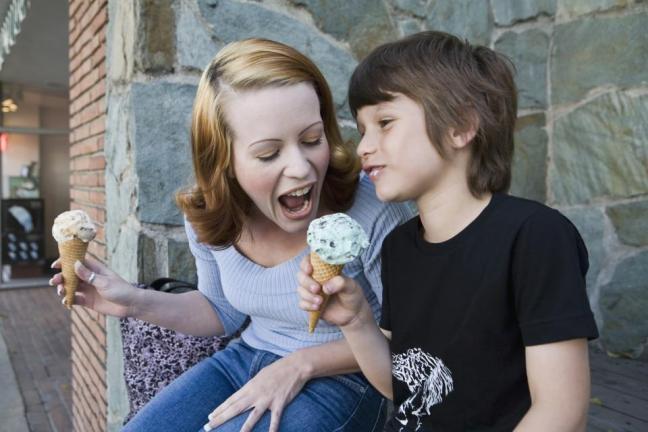 mom-kid-eating-ice-cream