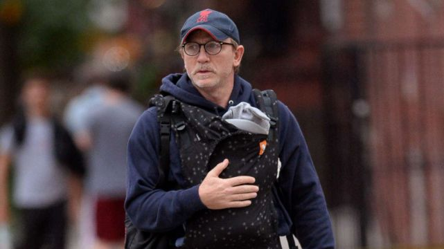 daniel-craig-carrying-baby-daughter